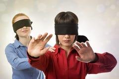 Blind, die Vorhänge führend Lizenzfreies Stockbild