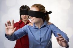 Blind, die Vorhänge führend Lizenzfreie Stockfotos