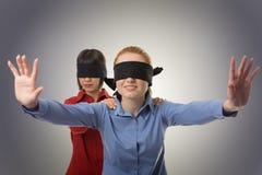 Blind, die Vorhänge führend Stockbilder