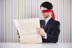Blind läsning en tidning Royaltyfri Foto