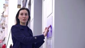 Blind meisje op de straatlezing braille op een informatieplaat op het gebouw stock footage