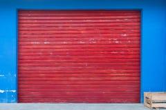 Blindachtergrond - winkel buiten met gesloten rood blind stock afbeeldingen