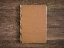 Blinddeckel des Notizbuches oder der Broschüre auf hölzernem Stockfotos