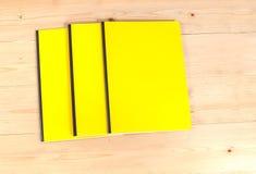 Blinddeckelbuch auf Holz Lizenzfreie Stockbilder