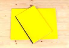 Blinddeckelbuch auf Holz Lizenzfreies Stockfoto