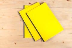 Blinddeckelbuch auf Holz Stockbild