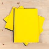 Blinddeckelbuch auf Holz Stockbilder