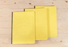 Blinddeckelbuch auf Holz Stockfotografie