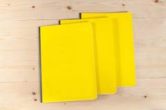 Blinddeckelbuch auf Holz Lizenzfreie Stockfotografie