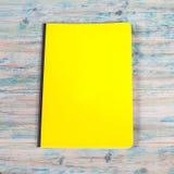 Blinddeckelbuch auf Holz Stockfoto