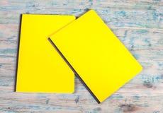 Blinddeckelbuch auf Holz Lizenzfreies Stockbild