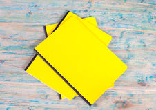 Blinddeckelbuch auf Holz Lizenzfreie Stockfotos