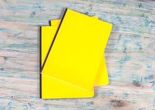 Blinddeckelbuch auf Holz Stockfotos