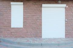 Blinddeur en venster buiten fabriek Stock Fotografie