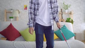 Blinde Aziatische jonge mensenzitting op bank in woonkamer stock videobeelden
