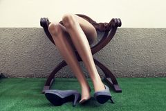 Blinde Beine, die auf einem Stuhl stillstehen Stockfotos
