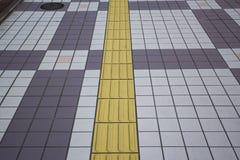 Blinde Bodenfliesen auf allgemeinem Gehweg Stockbilder