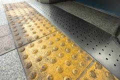 Blinde Bodenfliesen auf allgemeinem Gehweg Lizenzfreie Stockfotografie