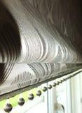 Blinde des Fensters römische/graue Vorhänge Lizenzfreie Stockbilder