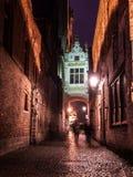 Blinde-Ezelstraat gata i Bruges vid natt Arkivfoto