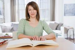 Blinde Frau, die Blindenschrift liest Lizenzfreies Stockfoto