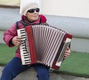 Blinde Frau, die das Akkordeon in Kasan, Russische Föderation spielt Stockbilder