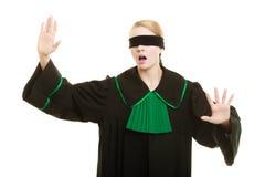 Blinde Gerechtigkeit Frauenbedeckungsaugen mit Augenbinde Stockfotografie
