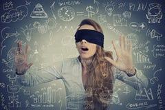 Blinde Geschäftsfrau, die Pläne macht Stockfotografie