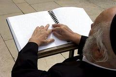 Blinde Israelitisch die in de loeiende muur a wordt gebeden Stock Foto