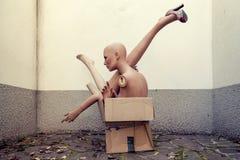 Blinde Körperteile angehäuft oben in einem Kartonkasten Lizenzfreie Stockfotos