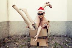 Blinde Körperteile angehäuft oben in einem Kartonkasten Stockfoto