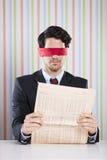 Blinde Lesung eine Zeitung Lizenzfreie Stockfotografie
