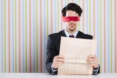 Blinde Lesung eine Zeitung Stockbild