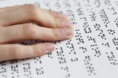 Blinde Lesung, Finger und Symbolnahaufnahme Stockbild