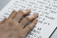 Blinde Lesung, Finger und Symbolnahaufnahme Lizenzfreie Stockfotografie