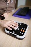 Blinde Person, die Audiobuchspieler für Person mit Sehstörungen verwendet Lizenzfreies Stockfoto