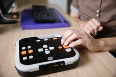 Blinde Person, die Audiobuchspieler für Person mit Sehstörungen verwendet Lizenzfreie Stockfotos