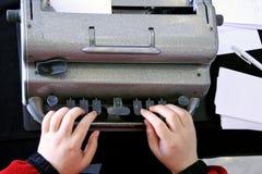 Blinde Person, die auf einer Schreibmaschine Blindenschrift schreibt Stockfotos