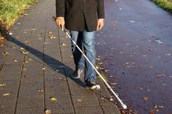 Blinde Person mit Spazierstock lizenzfreie stockbilder