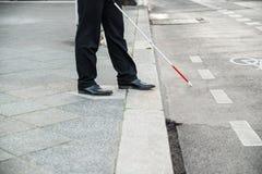 Blinde persoon die straat kruisen Royalty-vrije Stock Foto