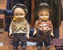 Blinde Puppen des Babys in einem Shopfenster in St Petersburg, Russland Hut, Hemd, Jeans für Kinder Zwei Kindermannequins gekleid Stockfotografie