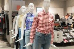 Blinde Showkleidung nach innen im Mall Lizenzfreie Stockbilder
