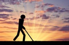 Blinde ungültige Wege mit einem Stock in seinen Händen Lizenzfreies Stockfoto