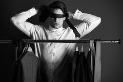 Blinde Wahrheit Kerl in der weißen Hemdgriffbindung auf Gesicht und Augen Stockbild
