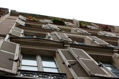 Blinden op Parijse Flatgebouw met koopflats stock fotografie