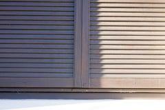 Blinden voor vensters en donker hout Royalty-vrije Stock Afbeeldingen