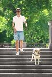 Blindenhund, der jungem Blinder hilft Lizenzfreie Stockfotos