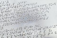 Blindenschrift-Alphabet auf Metallplatte Stockbild