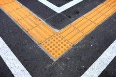 Blindenschrift-Block auf der Tastpflasterung für blindes Handikap Stockfotografie