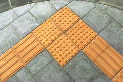 Blindenschrift-BlockTastpflasterung für blindes Handikap Stockbilder
